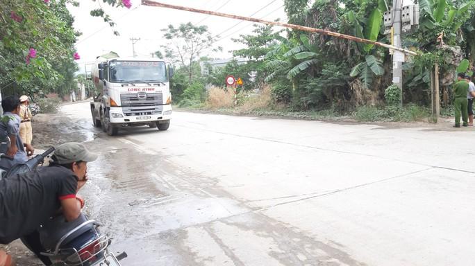 Không thi công mương thoát nước, người dân chặn xe tải phản đối ô nhiễm - Ảnh 1.