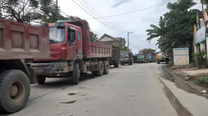 Không thi công mương thoát nước, người dân chặn xe tải phản đối ô nhiễm - Ảnh 3.