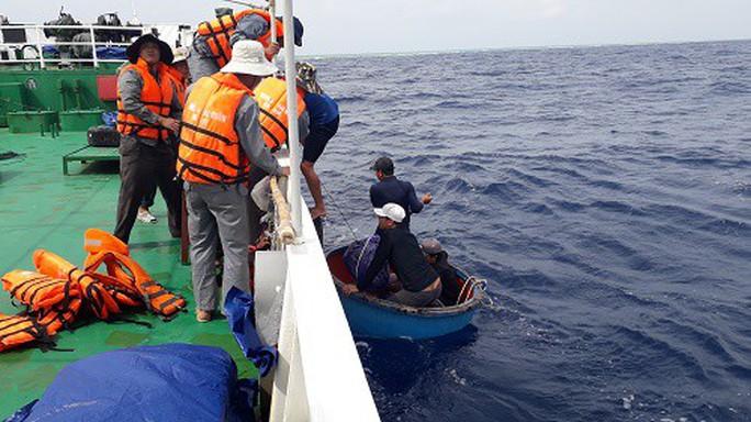 Tàu kiểm ngư 410 cứu 13 ngư dân gặp nạn ở Trường Sa - Ảnh 1.