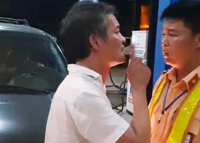 [Video] Tài xế say xỉn đi xe biển xanh tát, lăng mạ CSGT vì bị nhắc nhở tiểu bậy - Ảnh 2.