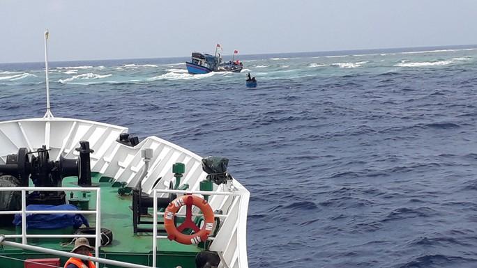 Tàu kiểm ngư 410 cứu 13 ngư dân gặp nạn ở Trường Sa - Ảnh 2.