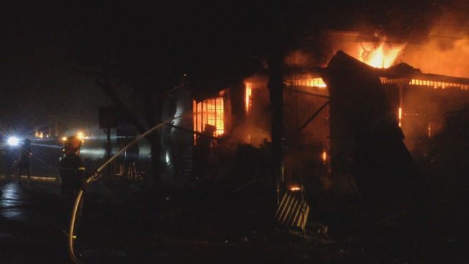 Hỏa hoạn thiêu rụi 2 ki ốt trong đêm khi cả nhà đang ngủ bên trong - Ảnh 2.