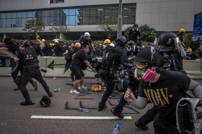 Hồng Kông: Người biểu tình ném bom xăng, 29 người bị bắt - Ảnh 1.