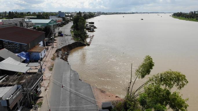 Flycam: Rùng mình với cảnh Quốc lộ 91 ở An Giang bị nuốt chửng - Ảnh 2.