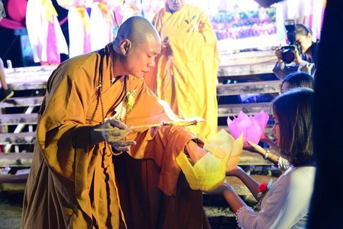 Ầm ĩ vụ việc 30.000 hoa đăng thả xuống vịnh Lan Hạ gây ô nhiễm - Ảnh 1.