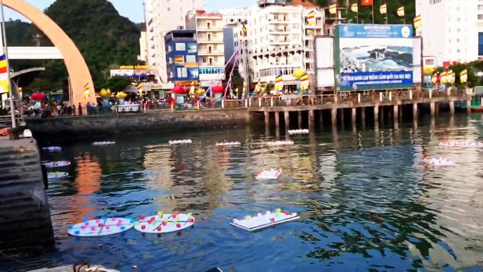 Ầm ĩ vụ việc 30.000 hoa đăng thả xuống vịnh Lan Hạ gây ô nhiễm - Ảnh 6.