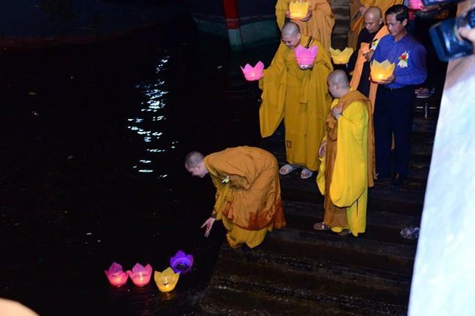 Ầm ĩ vụ việc 30.000 hoa đăng thả xuống vịnh Lan Hạ gây ô nhiễm - Ảnh 2.