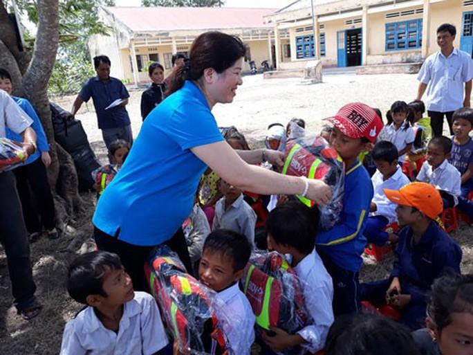 Gia Lai: 500 cặp phao cứu sinh cho học sinh khó khăn - Ảnh 1.