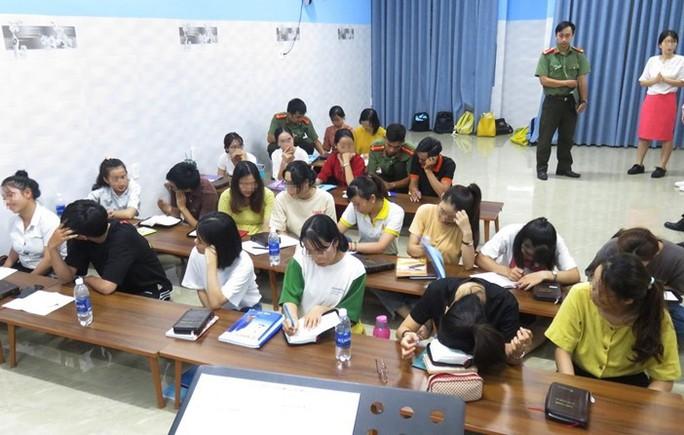 Bắt quả tang một trung tâm ngoại ngữ truyền đạo trái phép ở Đà Nẵng - Ảnh 1.