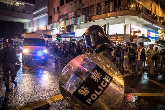 Cảnh sát Hồng Kông nổ súng, dùng vòi rồng trấn áp người biểu tình - Ảnh 3.