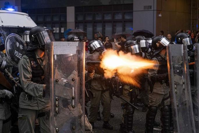 Cảnh sát Hồng Kông nổ súng, dùng vòi rồng trấn áp người biểu tình - Ảnh 1.