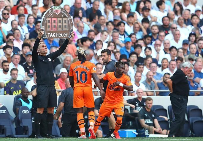 Tottenham thua sốc sân nhà, Man City trở lại ngôi nhì Ngoại hạng - Ảnh 1.