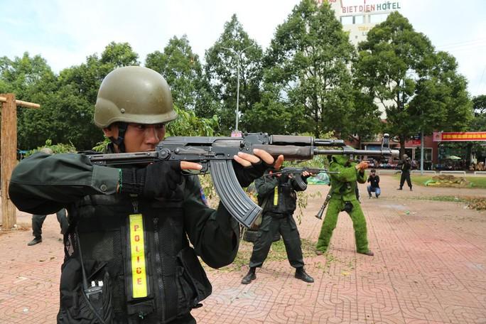 Xem giải cứu con tin bị 30 tên khủng bố khống chế trong giả định - Ảnh 2.