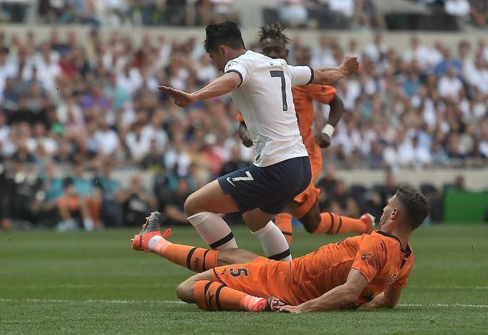 Tottenham thua sốc sân nhà, Man City trở lại ngôi nhì Ngoại hạng - Ảnh 2.