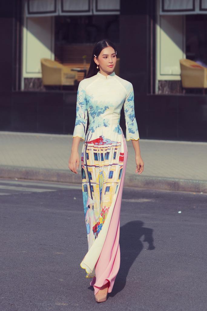 Hoa hậu Tiểu Vy lên hương sau 1 năm đăng quang - Ảnh 2.