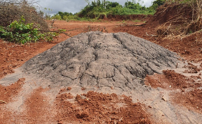 Lại phát hiện đổ trộm tro bay từ Alumin Nhân Cơ ra môi trường - Ảnh 2.