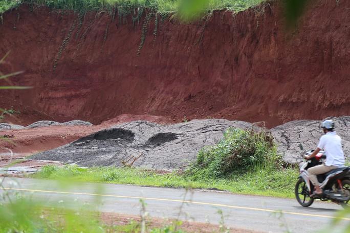 Vụ đổ chất thải từ Alumin Nhân Cơ ra môi trường: Tỉnh chỉ đạo lấy mẫu kiểm tra - Ảnh 2.