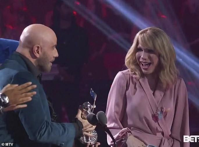 John Travolta nhầm Taylor Swift với nghệ sĩ giả gái - Ảnh 2.