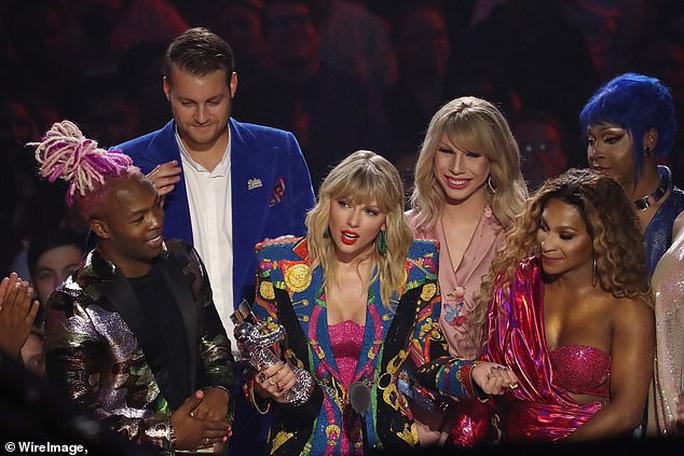 John Travolta nhầm Taylor Swift với nghệ sĩ giả gái - Ảnh 5.