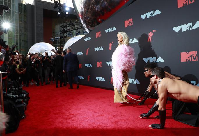 Những khoảnh khắc khó đỡ trên thảm đỏ VMAs 2019 - Ảnh 1.