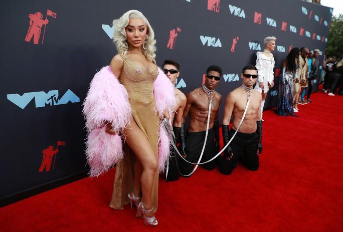 Những khoảnh khắc khó đỡ trên thảm đỏ VMAs 2019 - Ảnh 2.