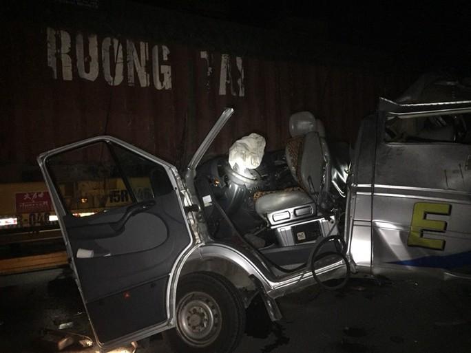 Xe khách tông xe container gặp sự cố, 16 người bị thương - Ảnh 1.
