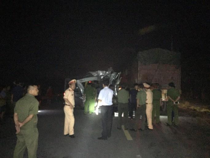Xe khách tông xe container gặp sự cố, 16 người bị thương - Ảnh 2.