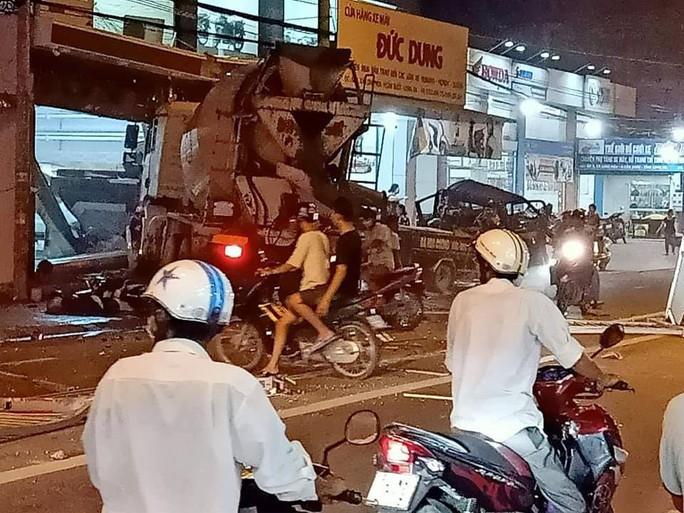 Tông trực diện ôtô làm 2 người tử vong, tài xế xe bồn rời khỏi hiện trường - Ảnh 1.