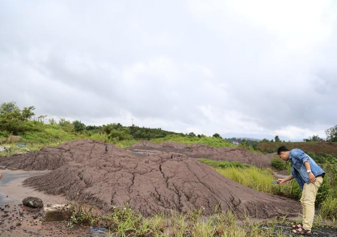 Vụ đổ chất thải từ Alumin Nhân Cơ ra môi trường: Tỉnh chỉ đạo lấy mẫu kiểm tra - Ảnh 1.