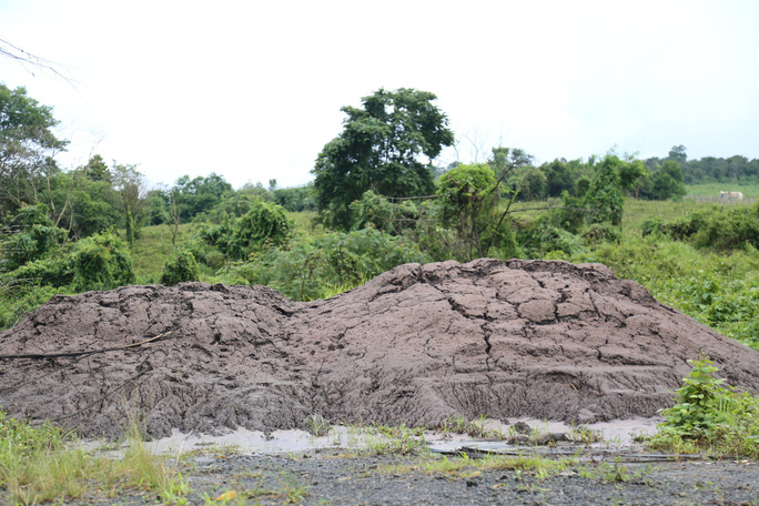 Vụ đổ chất thải từ Alumin Nhân Cơ ra môi trường: Tỉnh chỉ đạo lấy mẫu kiểm tra - Ảnh 3.