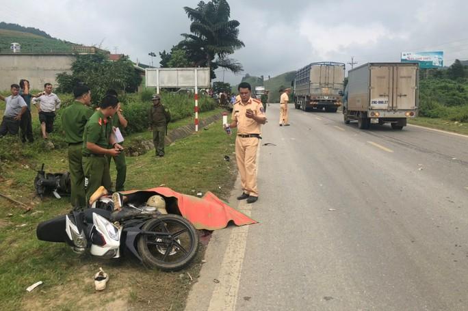 Xe tải tông vào 2 xe máy chạy ngược chiều, 2 thanh niên thương vong - Ảnh 1.