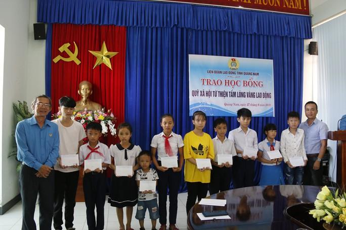 LĐLĐ Quảng Nam trao học bổng cho con công nhân - Ảnh 1.