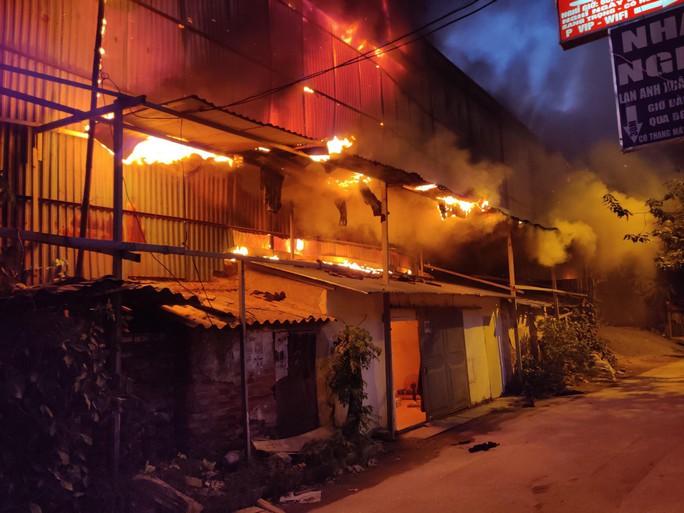 Cháy tại Công ty Rạng Đông: 10 nhà dân bị vạ lây - Ảnh 9.