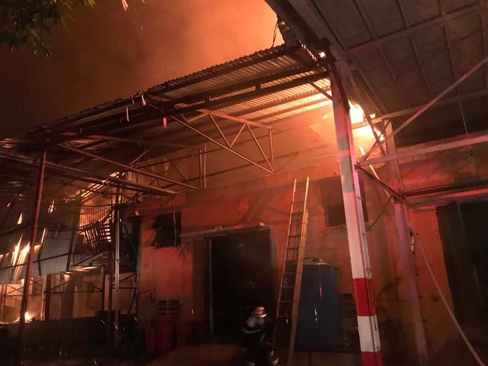 Cháy tại Công ty Rạng Đông: 10 nhà dân bị vạ lây - Ảnh 10.