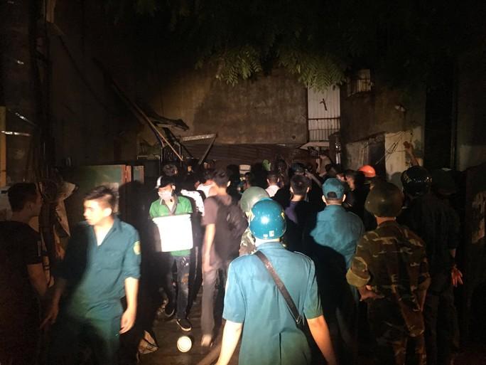 Cháy tại Công ty Rạng Đông: 10 nhà dân bị vạ lây - Ảnh 2.