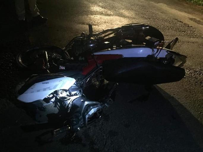 3 xe máy đấu đầu kinh hoàng, 5 người thương vong - Ảnh 1.