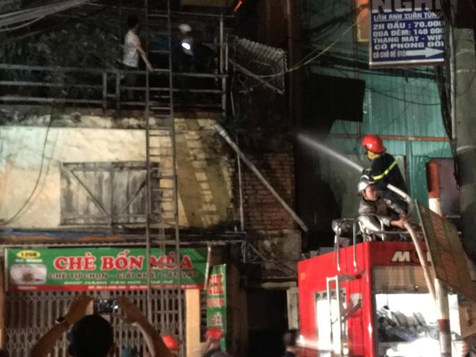 Cháy tại Công ty Rạng Đông: 10 nhà dân bị vạ lây - Ảnh 1.