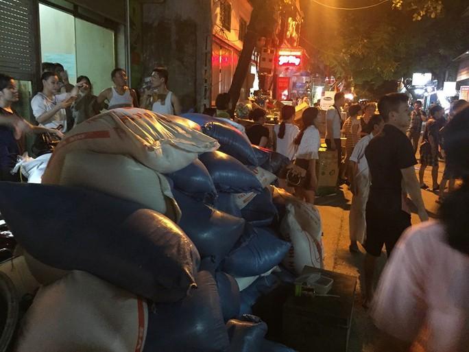 Cháy tại Công ty Rạng Đông: 10 nhà dân bị vạ lây - Ảnh 7.