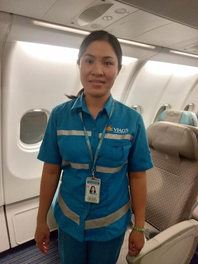 Chị Phùng Thị Ngọc hiện là nhân viên thuộc Đội dịch vụ trên tàu, VIAGS chi nhánh Tân Sơn Nhất. Công việc của chị là dọn vệ sinh máy bay