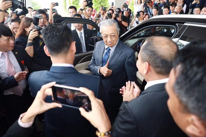 Thủ tướng Malaysia lái thử xe Vinfast ở tốc độ 100 km/giờ - Ảnh 3.