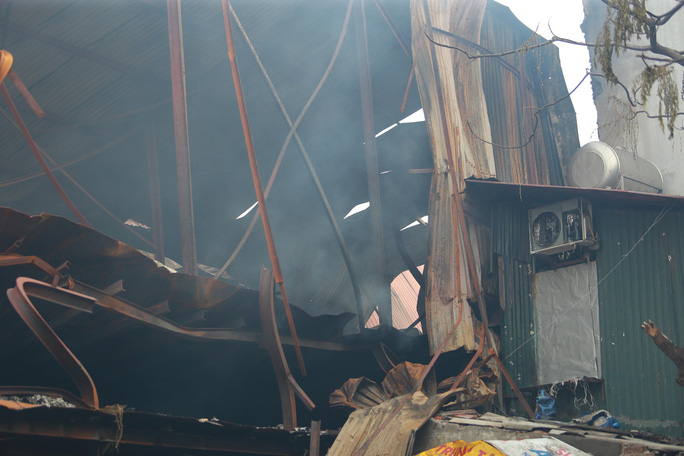 Cận cảnh tan hoang sau vụ cháy 6.000 m2 kho xưởng tại Công ty Bóng đèn phích nước Rạng Đông - Ảnh 2.