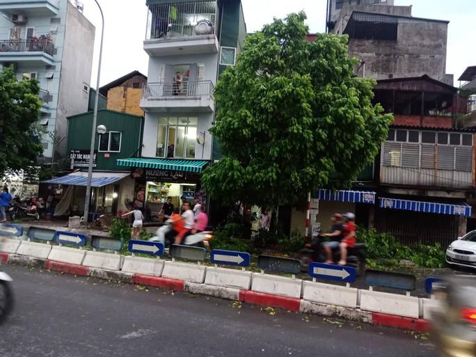 Ảnh hưởng bão số 4, Hà Nội mưa lớn làm đổ hàng loạt cây, 1 người chết - Ảnh 5.
