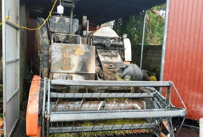Máy gặt lúa mới mua giá 312 triệu đồng của bí thư thôn bị cháy rụi trong đêm - Ảnh 3.