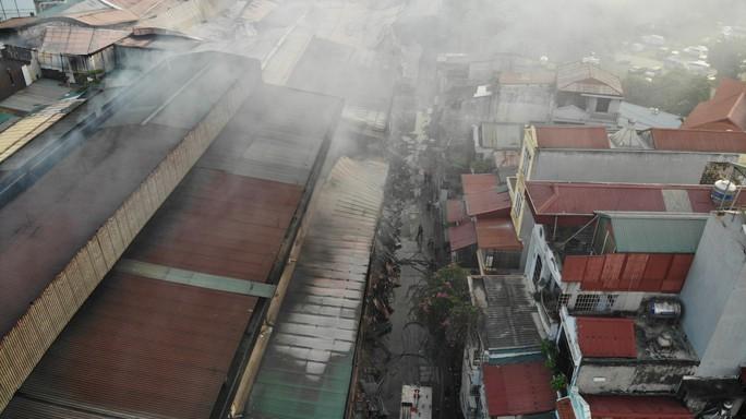 Cận cảnh tan hoang sau vụ cháy 6.000 m2 kho xưởng tại Công ty Bóng đèn phích nước Rạng Đông - Ảnh 9.