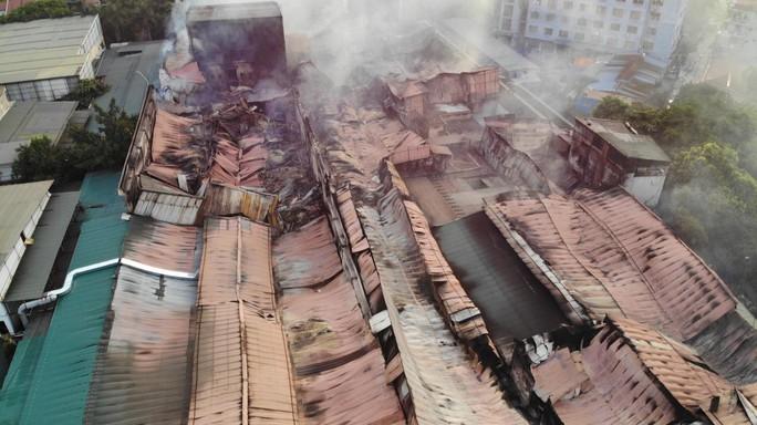 Cận cảnh tan hoang sau vụ cháy 6.000 m2 kho xưởng tại Công ty Bóng đèn phích nước Rạng Đông - Ảnh 12.