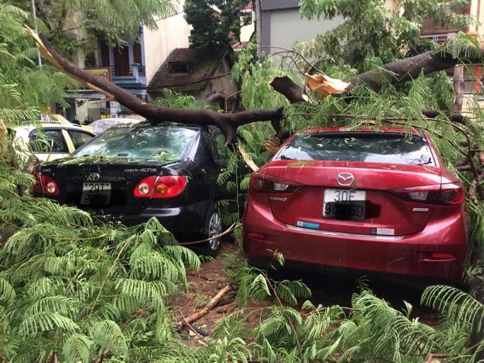 Ảnh hưởng bão số 4, Hà Nội mưa lớn làm đổ hàng loạt cây, 1 người chết - Ảnh 4.