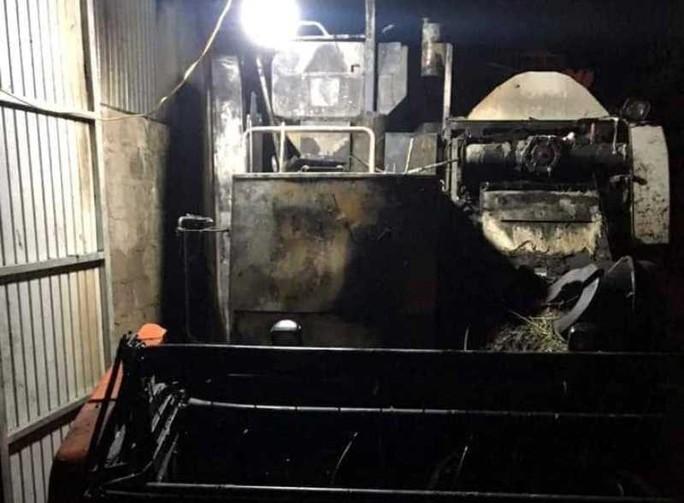 Máy gặt lúa mới mua giá 312 triệu đồng của bí thư thôn bị cháy rụi trong đêm - Ảnh 1.