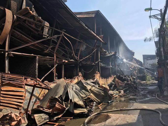 Cận cảnh tan hoang sau vụ cháy 6.000 m2 kho xưởng tại Công ty Bóng đèn phích nước Rạng Đông - Ảnh 7.