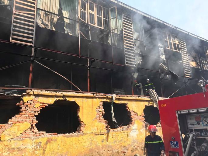 Cận cảnh tan hoang sau vụ cháy 6.000 m2 kho xưởng tại Công ty Bóng đèn phích nước Rạng Đông - Ảnh 8.