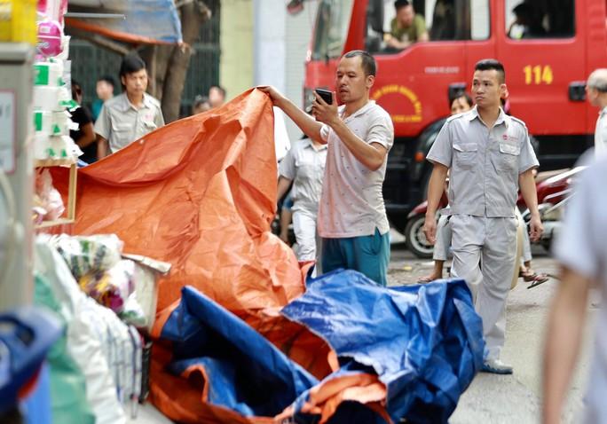Cận cảnh tan hoang sau vụ cháy 6.000 m2 kho xưởng tại Công ty Bóng đèn phích nước Rạng Đông - Ảnh 16.